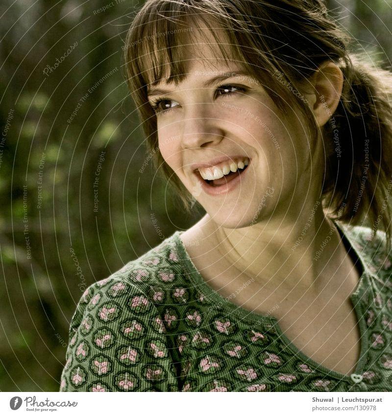.. und nur Freude wird bleiben! Frau Jugendliche grün schön Freude Gesicht feminin lachen Lifestyle Haare & Frisuren Mode Kopf träumen Zufriedenheit blond ästhetisch