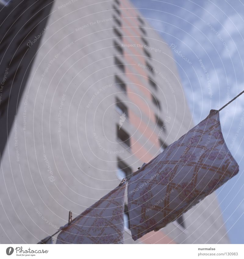 Waschtag 66 Wäsche Sauberkeit Waschmaschine Wäscheleine trocknen Haus Block Plattenbau Heimat Wohnung Bad Koloss Wäsche waschen flattern frisch Saubermann