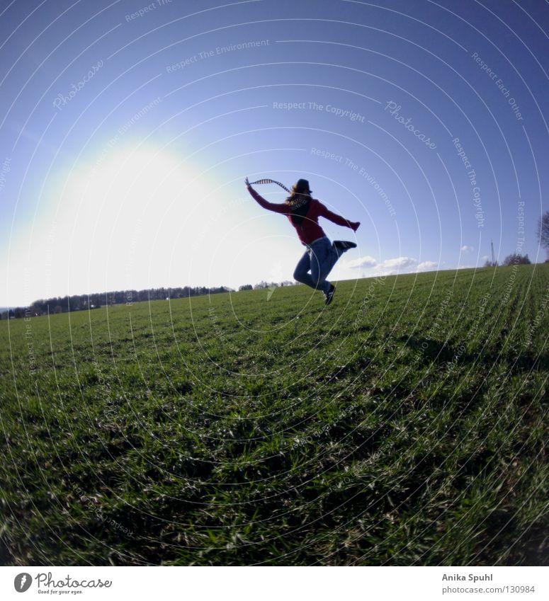 - jumping arround - springen Freude Fröhlichkeit Frühling grün Sonne Wiese Feld frisch Leben geschmackvoll Gras hüpfen Himmel Freiheit frei blau hell Glück Hut