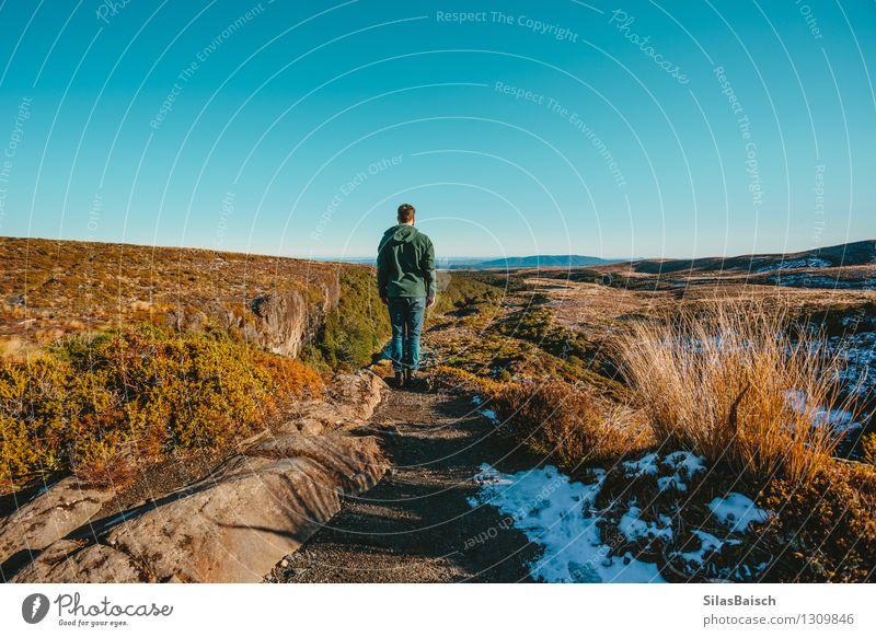 Mensch Natur Ferien & Urlaub & Reisen Jugendliche Mann Landschaft Junger Mann Ferne 18-30 Jahre Winter Erwachsene Berge u. Gebirge Schnee Freiheit Felsen maskulin