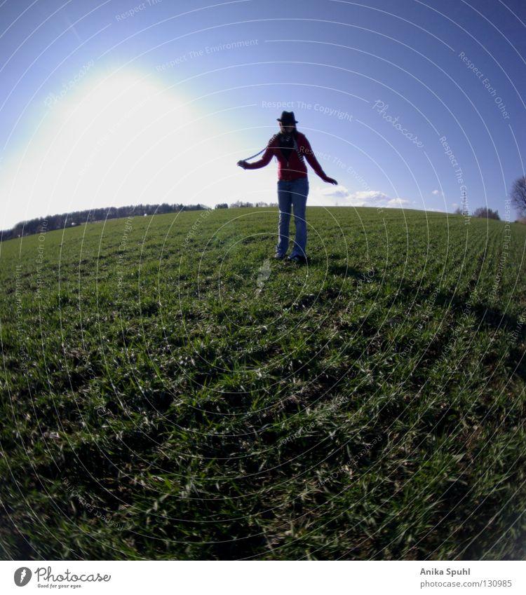- be yourself - Körperhaltung Stil Frühling grün Feld Wiese Gras Schüchternheit Freude Fröhlichkeit springen Himmel Leben Bekleidung schön Jugendliche Hut