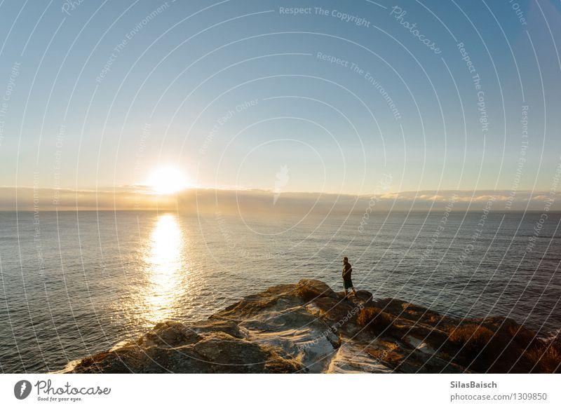 Sonnenaufgang auf dem Ozean Mensch Natur Ferien & Urlaub & Reisen Jugendliche Mann Sommer Meer Landschaft Freude Ferne 18-30 Jahre Erwachsene Berge u. Gebirge