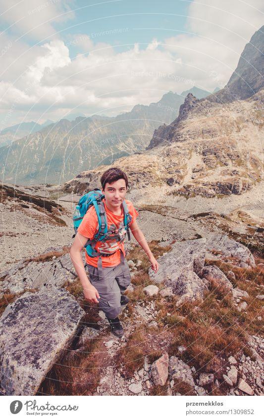 Junge, der in den Tatra-Bergen wandert Ferien & Urlaub & Reisen Ausflug Abenteuer Berge u. Gebirge wandern Junger Mann Jugendliche 1 Mensch 13-18 Jahre Felsen