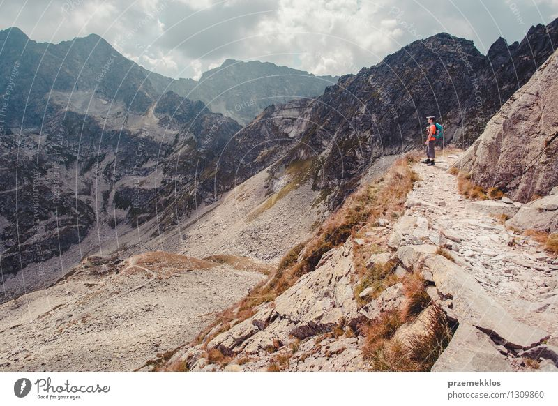 Junge, der in den Tatra-Bergen wandert Mensch Natur Ferien & Urlaub & Reisen Jugendliche Sommer Landschaft Junger Mann Freude Berge u. Gebirge Freiheit