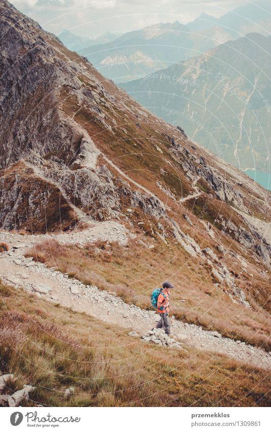 Junge, der in den Tatra-Bergen wandert Lifestyle Ferien & Urlaub & Reisen Ausflug Abenteuer Freiheit Sommer Sommerurlaub Berge u. Gebirge wandern Junger Mann