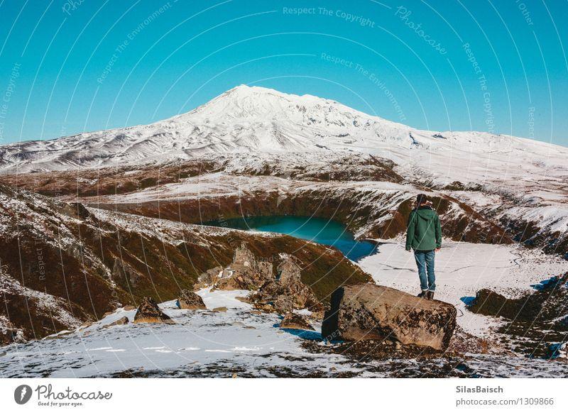 Natur Ferien & Urlaub & Reisen Jugendliche Mann Einsamkeit Landschaft Freude Ferne 18-30 Jahre Reisefotografie Erwachsene Berge u. Gebirge Schnee Freiheit Lifestyle See