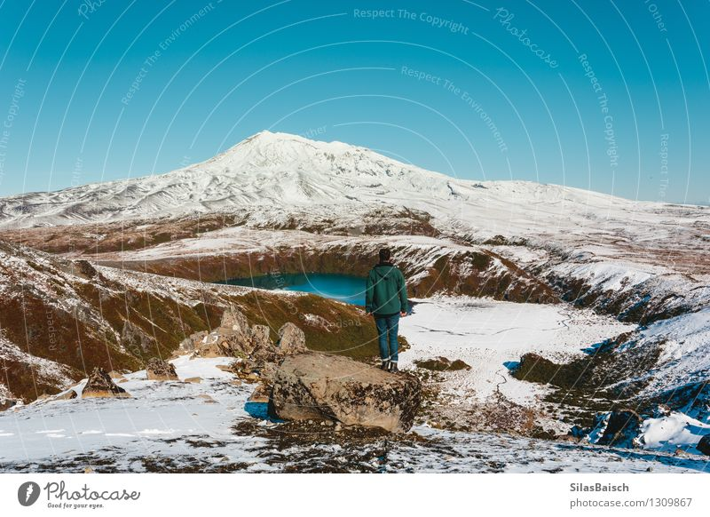 Auf dem Berg I Mensch Natur Ferien & Urlaub & Reisen Mann Landschaft Freude Ferne Winter Erwachsene Berge u. Gebirge Schnee Freiheit See Felsen Eis wandern