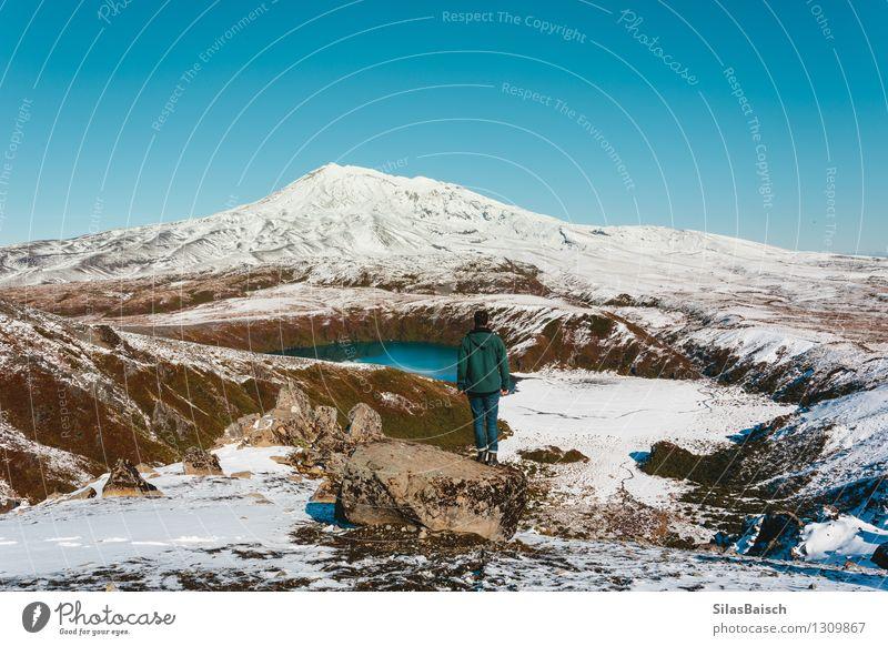 Mensch Natur Ferien & Urlaub & Reisen Mann Landschaft Freude Ferne Winter Erwachsene Berge u. Gebirge Schnee Freiheit See Felsen Eis wandern