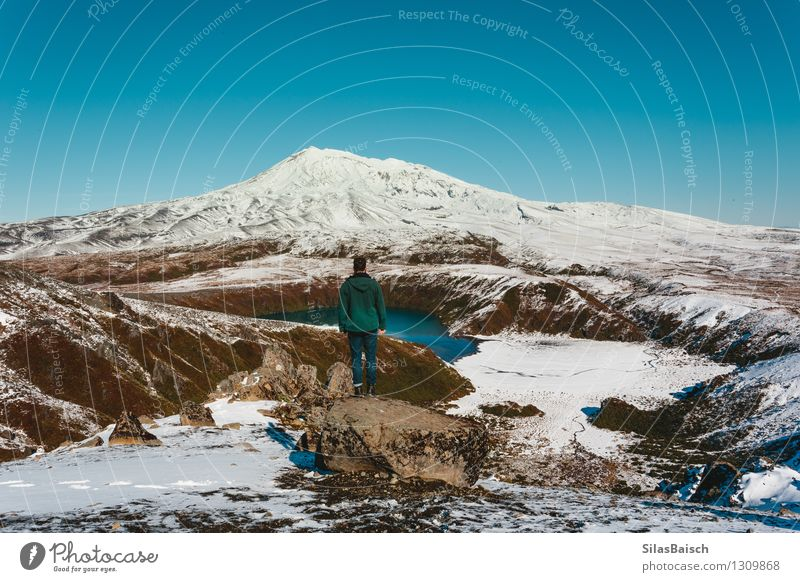 Auf dem Berg III Mensch Natur Ferien & Urlaub & Reisen Mann Landschaft Freude Ferne Winter Erwachsene Berge u. Gebirge Schnee Freiheit See Felsen Eis wandern