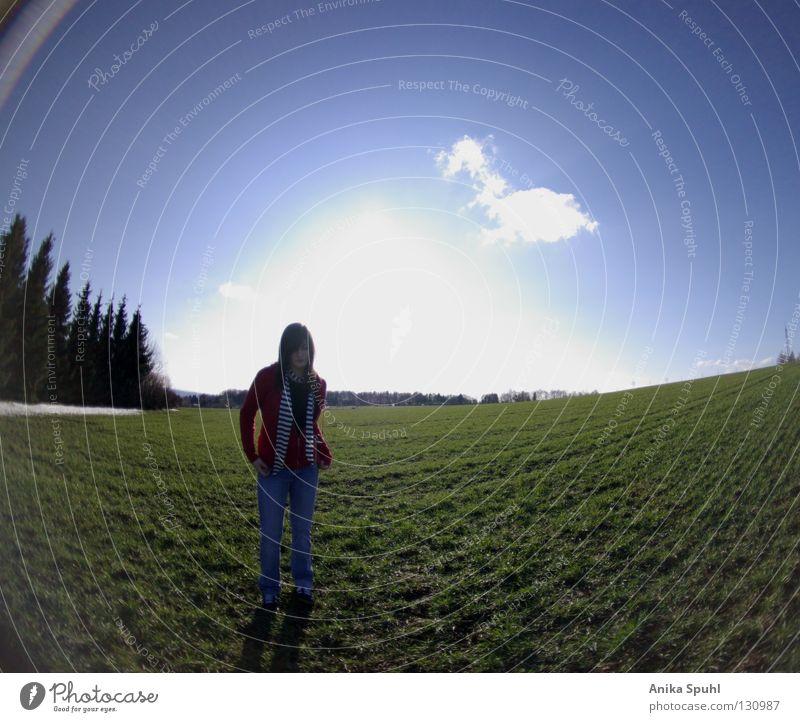 - cloud styler - Körperhaltung rot himmelblau grün Wiese Feld Gras Wolken Baum selbstbewußt Himmel expressiv Fischauge Bekleidung Frühling Jugendliche Styler