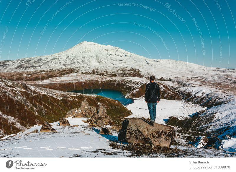 Mensch Natur Ferien & Urlaub & Reisen Mann Landschaft Freude Ferne Winter Erwachsene Berge u. Gebirge Schnee Glück Freiheit See Felsen Horizont