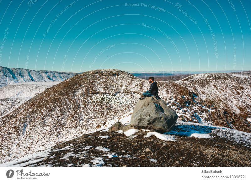 Natur Ferien & Urlaub & Reisen Mann Landschaft Freude Ferne Winter Erwachsene Berge u. Gebirge Schnee Freiheit Lifestyle Felsen Eis wandern Ausflug