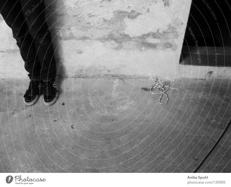 - untitled - Schwarzweißfoto Innenaufnahme abstrakt Kontrast Seil 1 Mensch Mauer Wand Schuhe Turnschuh Traurigkeit dreckig dunkel kaputt grau schwarz Trauer Tod