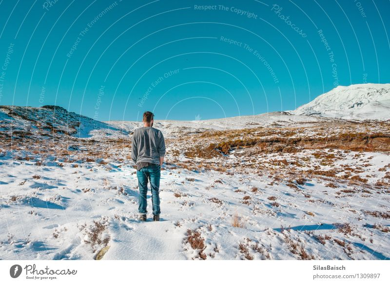Mensch Natur Ferien & Urlaub & Reisen Jugendliche Mann Landschaft Freude Ferne 18-30 Jahre Winter Erwachsene Berge u. Gebirge Schnee Freiheit Felsen maskulin