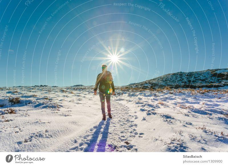 Natur Ferien & Urlaub & Reisen Jugendliche Mann Landschaft Ferne 18-30 Jahre Winter Reisefotografie Erwachsene Berge u. Gebirge Schnee Freiheit Felsen Eis