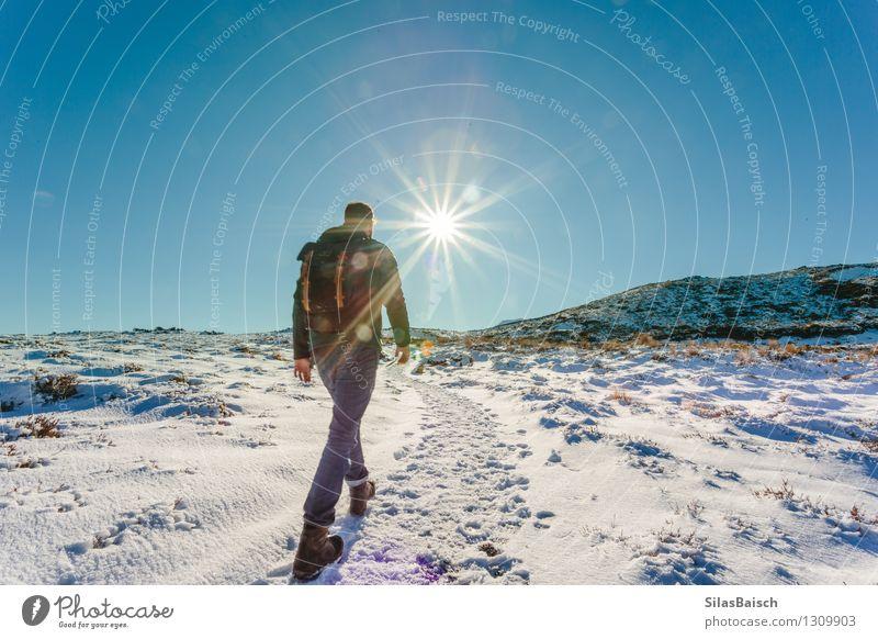 Mensch Natur Ferien & Urlaub & Reisen Jugendliche Sonne Junger Mann Landschaft Ferne 18-30 Jahre Winter Erwachsene Berge u. Gebirge Schnee Freiheit Felsen Eis