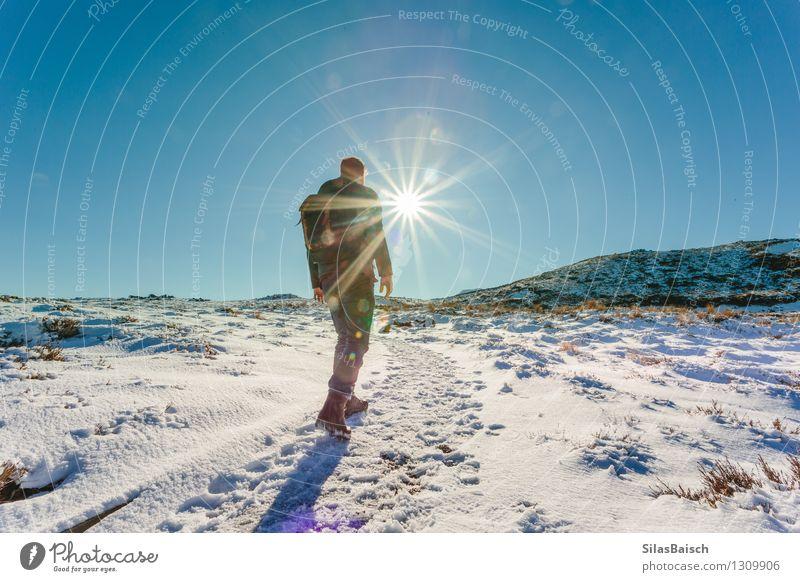 Mensch Natur Ferien & Urlaub & Reisen Mann Landschaft Ferne Winter Erwachsene Berge u. Gebirge Schnee Freiheit Felsen Tourismus wandern Ausflug Schönes Wetter