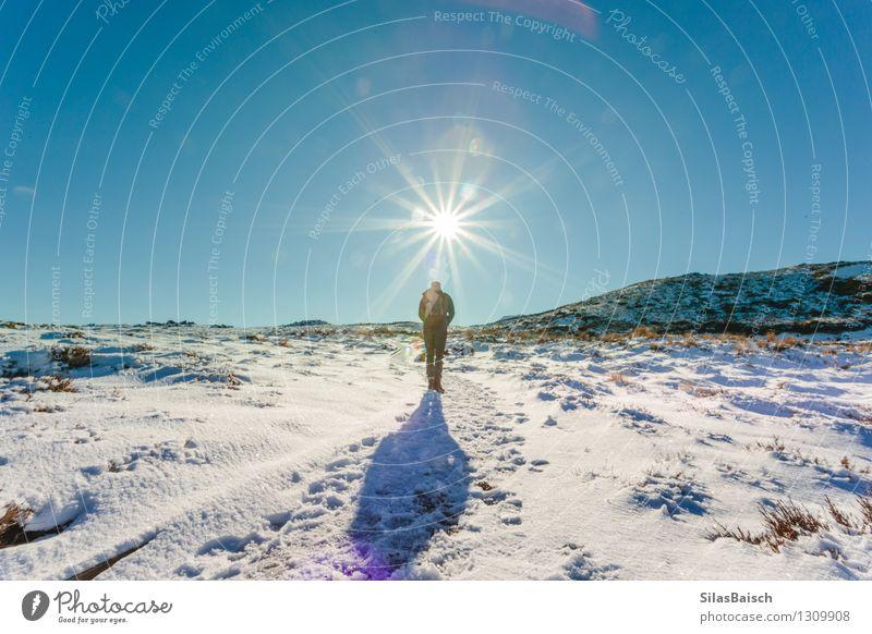 Mensch Natur Ferien & Urlaub & Reisen Jugendliche Mann Sonne Junger Mann Landschaft Ferne 18-30 Jahre Winter Erwachsene Berge u. Gebirge Schnee Freiheit Felsen