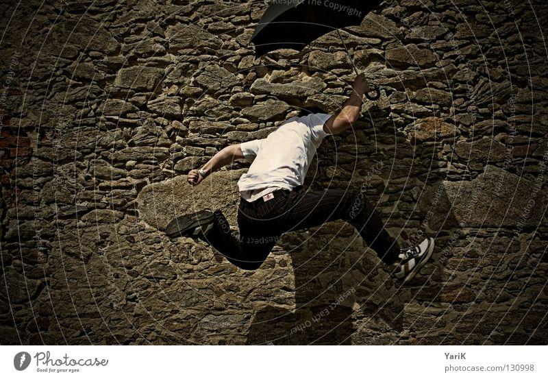 auf auf und davon Mann weiß Ferien & Urlaub & Reisen Freude schwarz Wand springen Mauer Stein Beine braun Arme Geschwindigkeit Fröhlichkeit T-Shirt Regenschirm