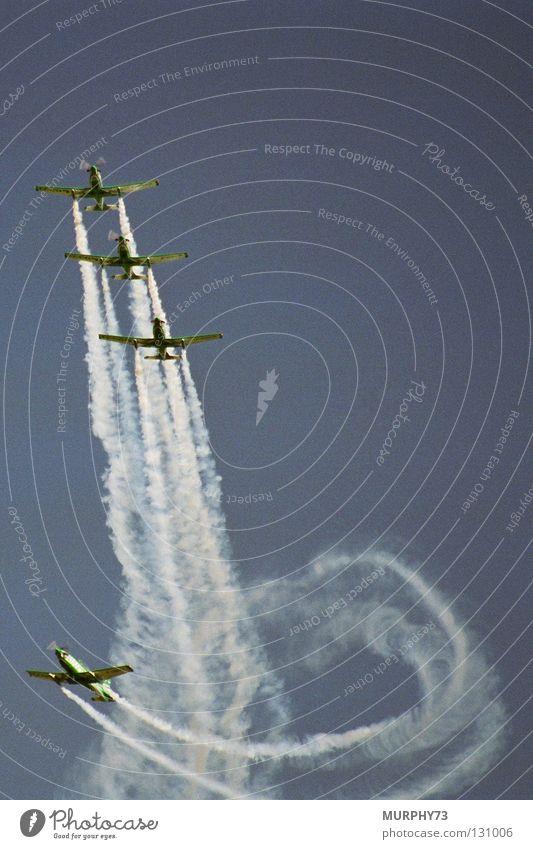 Flugakrobaten am Himmel Flugschau Flugzeug Sportflugzeug Artist Akrobatik Rauchzeichen Manöver Kunstflug Formationsflug Propellerflugzeug Luftverkehr