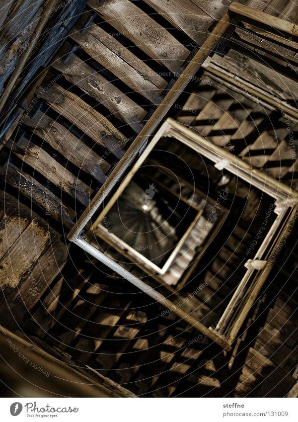Es geht aufwärts, oder? Architektur Holz Gebäude Angst Treppe Turm Geländer historisch Quadrat Sturz tief aufwärts Spirale anstrengen Schnecke abwärts