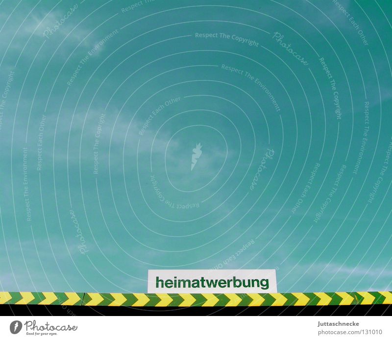 Heimatwerbung Himmel grün blau gelb Schilder & Markierungen Ecke Schriftzeichen Buchstaben Werbung Pfeil Richtung Kurve Poster Strukturen & Formen Am Rand