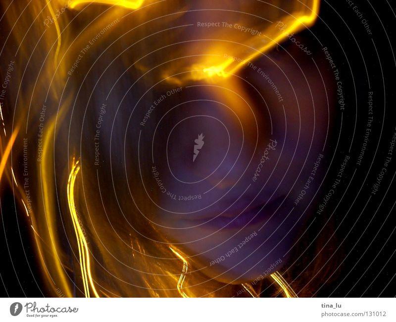 elektro-glühwürmchenIII Frau Gesicht schwarz gelb dunkel Bewegung Wärme Lampe orange planen Physik Lichtspiel glühen Lichterkette Schliere Lichtblick