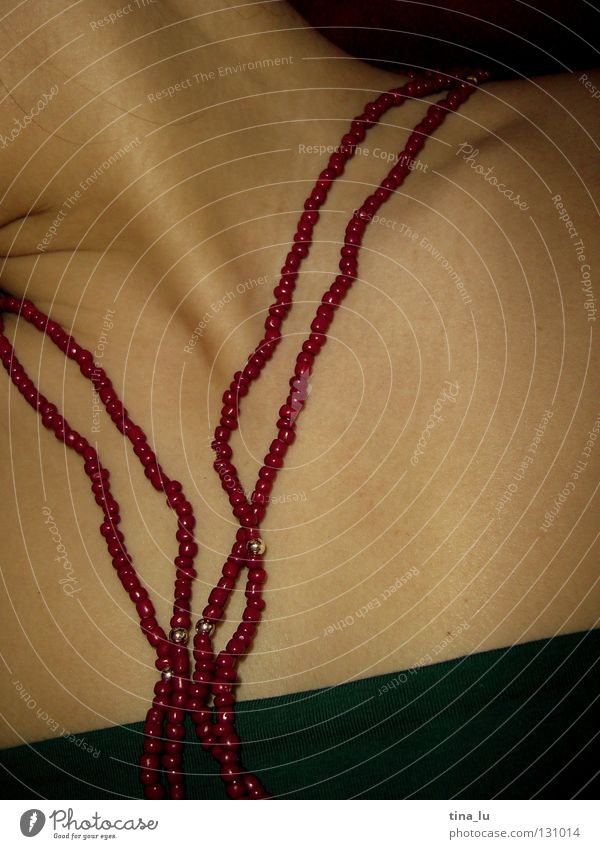 *II Frau Top Oberkörper rot grün Smaragd Perlenkette Samt weich geschmeidig Schlüsselbein schön schlafen Bekleidung Kette himbeer Haut Hals Brust Dekolette