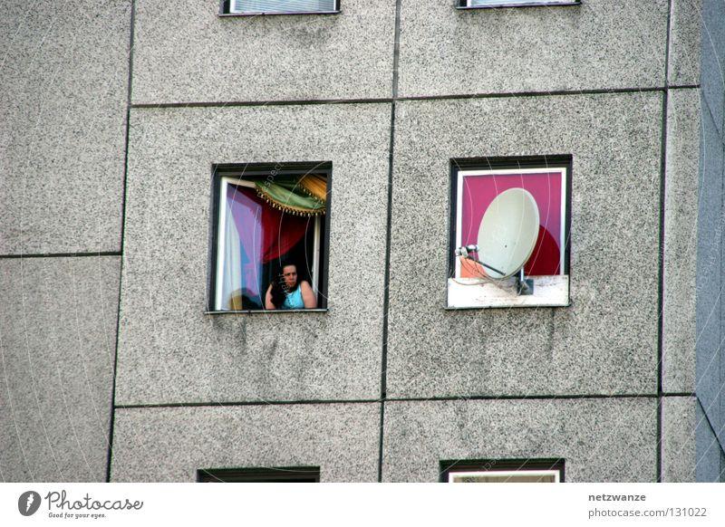 Aussicht Frau Stadt Leben Fenster Beton trist Langeweile Hoffnungslosigkeit
