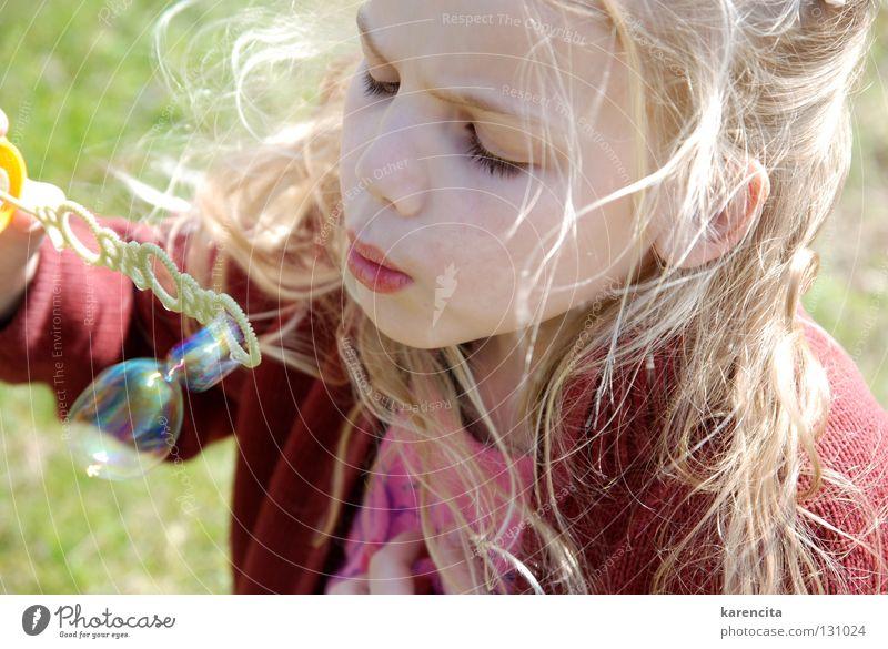 Seifenblasen träumen Sehnsucht Mädchen verträumt schön bezaubernd Momentaufnahme Spielen Wachsamkeit Kind blond langhaarig Freizeit & Hobby Freizeitbekleidung
