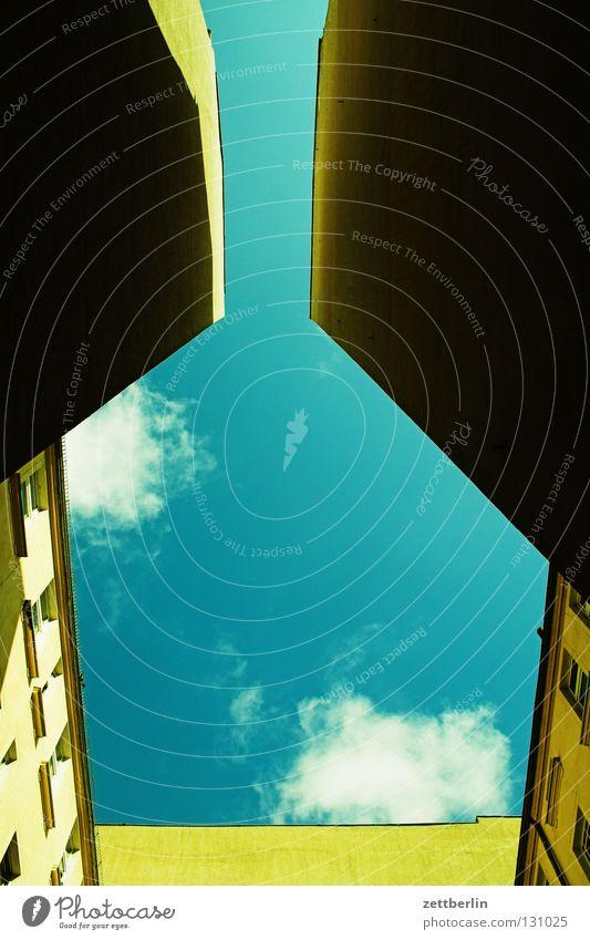 Hinterhimmel Hinterhof Lichthof Stadthaus Brandmauer Mauer eng Haus Froschperspektive Architektur Berlin Himmel hinterhaus Plattenbau blau Sonne Perspektive