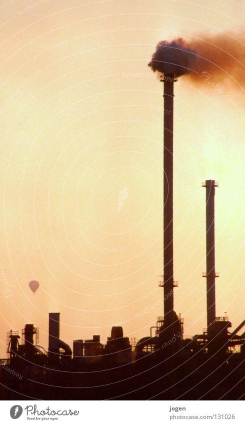 Heiße Luft blau gelb Wärme Stimmung Nebel dreckig Klima Industrie Industriefotografie Rauch Skyline Wissenschaften Physik Abenddämmerung Abgas Ballone