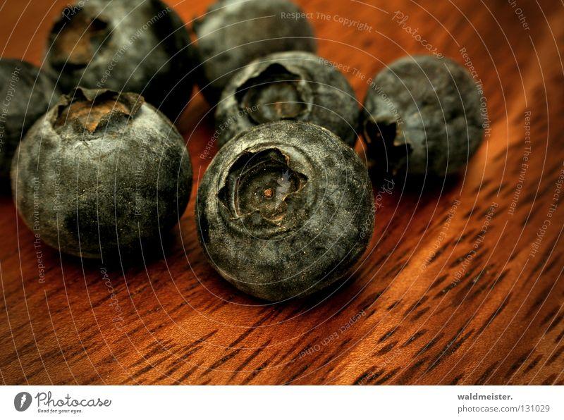 Heidelbeer 2 verschrumpelt eingetrocknet Ernährung Lebensmittel Holz Holzstruktur Frucht Vergänglichkeit Makroaufnahme Nahaufnahme Blaubeeren Kulturheidelbeeren