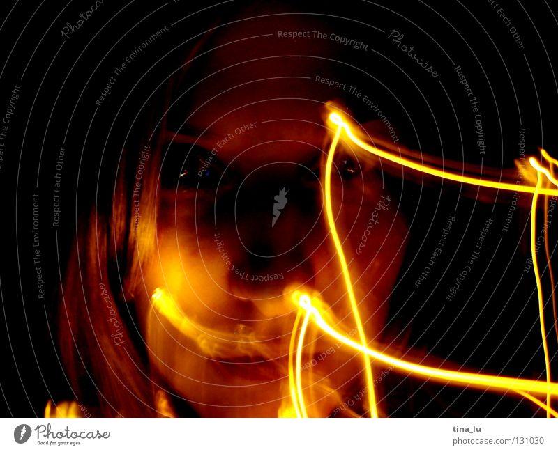 glühen Gesicht schwarz gelb dunkel Bewegung Wärme Lampe orange planen Physik Lichtspiel Lichterkette Schliere Lichtblick