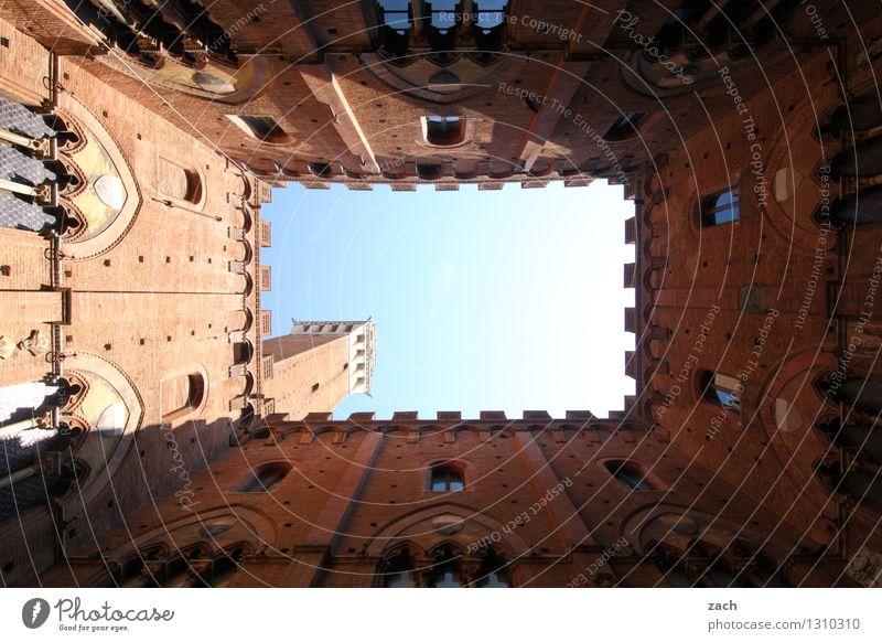 Innereien Himmel Stadt blau Haus Fenster Wand Architektur Mauer braun Fassade Kirche Italien Schönes Wetter Turm historisch Bauwerk