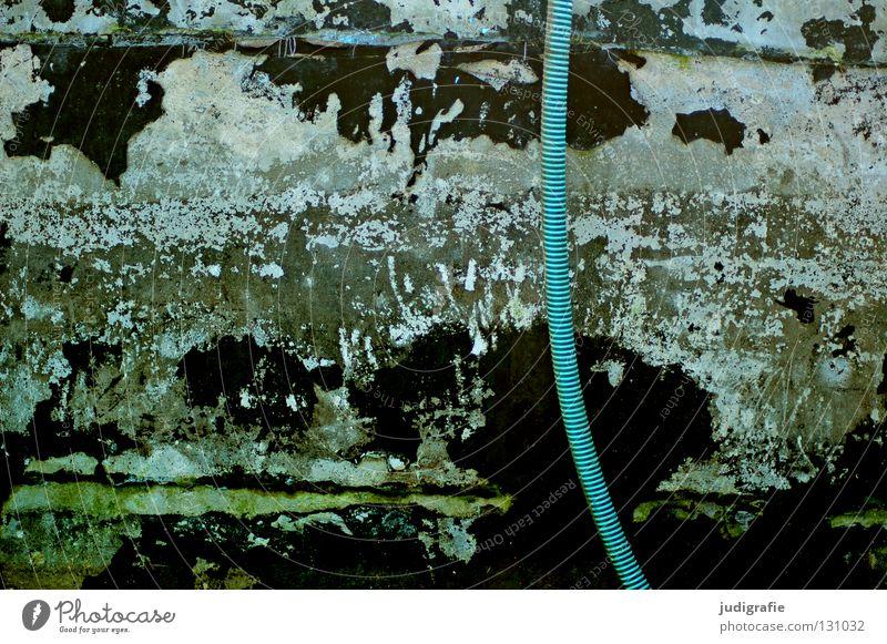 Pool Schwimmbad Schlauch verwittert grün türkis schwarz Verfall abblättern Patina Am Rand Putz schäbig verfallen Sanieren Überzug verfaulen Anstrich