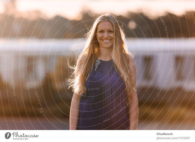Blonde junge Frau Mensch Jugendliche schön Junge Frau Sonne Freude 18-30 Jahre Erwachsene Leben feminin Glück Lifestyle Haare & Frisuren Kopf Mode