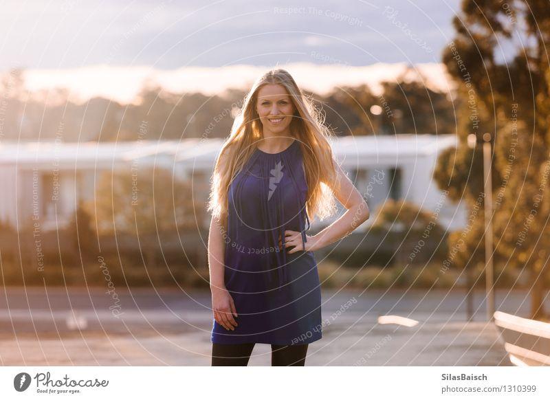 Glückliche Frau, die auf eine Dachoberseite steht Mensch Jugendliche schön Junge Frau Freude 18-30 Jahre Erwachsene Leben natürlich feminin Stil Gesundheit