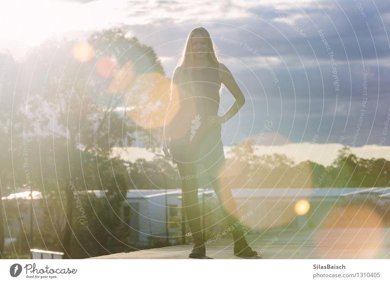Junge Dame, die auf einem Dach steht Lifestyle elegant Stil Mensch feminin Junge Frau Jugendliche Erwachsene 1 18-30 Jahre Kleinstadt Mode Bekleidung Kleid