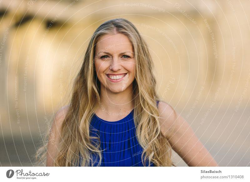 Freundliche junge Frau Mensch Jugendliche schön Junge Frau Freude 18-30 Jahre Erwachsene feminin Stil Feste & Feiern Haare & Frisuren Kopf Mode elegant blond