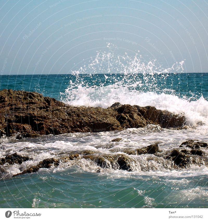 Wellenschlag Meer blau Sommer Strand Ferien & Urlaub & Reisen Ferne Leben Bewegung Wärme Kraft Küste Wind Felsen Europa Wandel & Veränderung