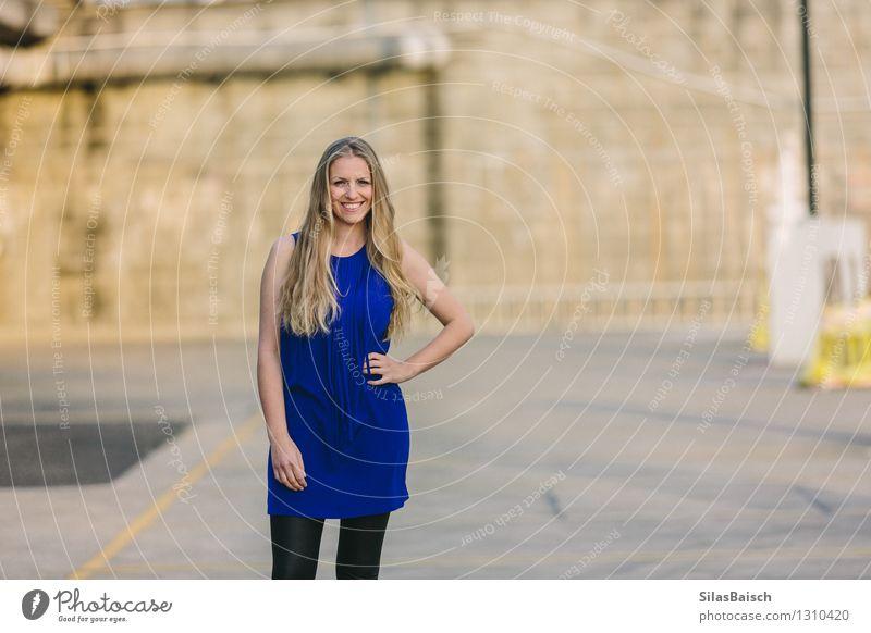 Lächelnde Frau Lifestyle Reichtum elegant Stil Design exotisch Freude Mensch feminin Junge Frau Jugendliche Erwachsene Körper 1 Mode Bekleidung Kleid