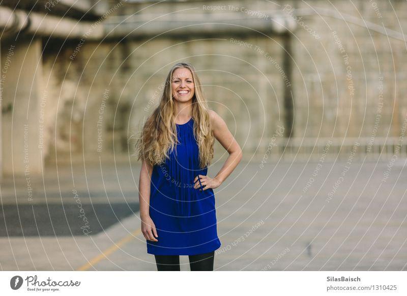 Lachende Frau im schönen Kleid Mensch Jugendliche Junge Frau Freude 18-30 Jahre Erwachsene lustig feminin Stil lachen Glück Lifestyle Haare & Frisuren Mode