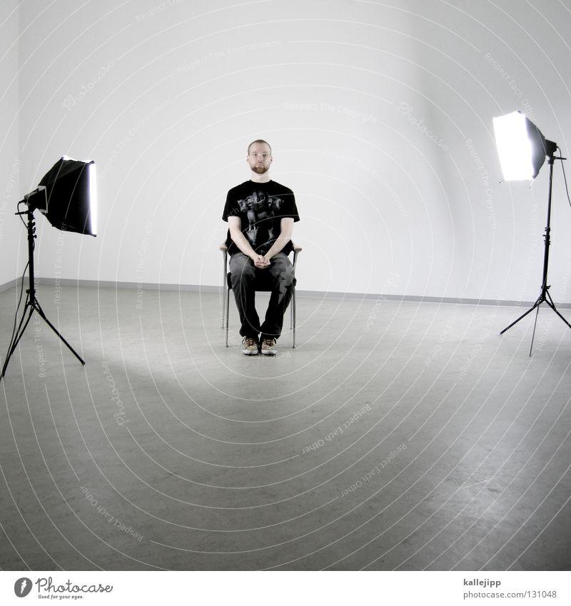 casting Mensch Mann weiß Wand Haare & Frisuren Lampe Beleuchtung Arbeit & Erwerbstätigkeit Raum Angst außergewöhnlich sitzen warten Elektrizität Kabel Show