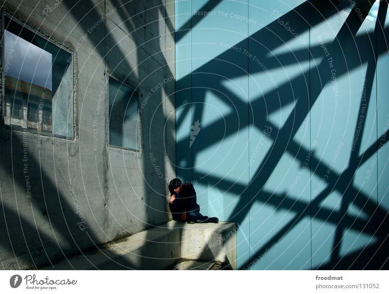 in die ecke gedrängt Mann blau kalt Arbeit & Erwerbstätigkeit Wand springen Stil Fenster Glück Denken Linie Zufriedenheit maskulin Geburtstag Beton