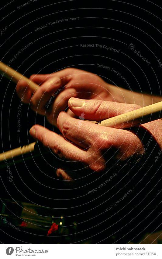 drummers hands Schlagzeug Hand Trommel Trommelschlegel Schlagzeuger Jazz live Musik improvisieren schlagen Snare Finger Jazzclub schwarz Hintergrundbild Mann