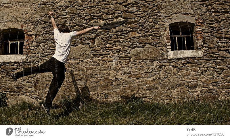 stich springen Regenschirm Mann T-Shirt weiß schwarz braun steinig Wand Mauer Steinwand Steinmauer Putz Schlagschatten Fröhlichkeit heiter Lebensfreude Flucht