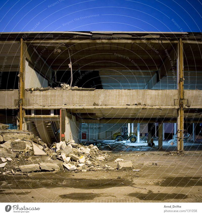 Kaputt Demontage Baustelle Gewerbegebiet zerstören Zerreißen Lagerhalle Gebäude Ruine Sanieren Renovieren Hochbau Verfall Zerstörung laut Krach Staub Müll