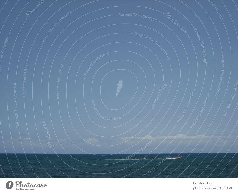 Speedboat Meer Wasserfahrzeug Fischer Horizont Wellen Wolken Himmel Geschwindigkeit ruhig sea ocean fisher Angeln onda sky cloud wave Kontrast contrast slient