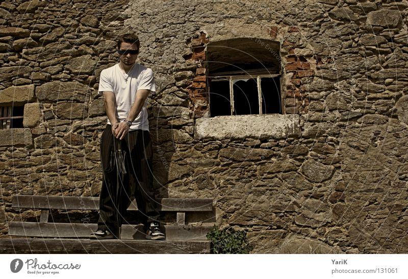 wartend Mann weiß Ferien & Urlaub & Reisen Freude schwarz Wand Stein Mauer Beine braun Arme warten Geschwindigkeit Fröhlichkeit Bank T-Shirt